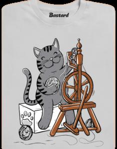 Kočka přede pánské tričko